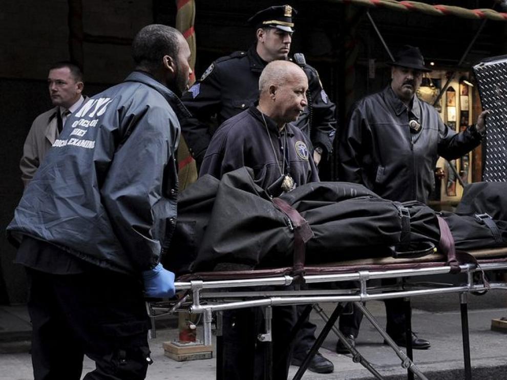 Efectivos forenses llevan el cuerpo de Mark Madoff