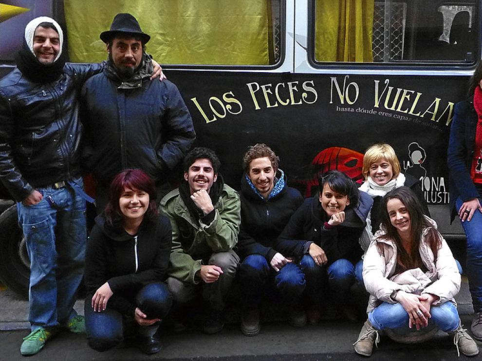 Miguel Bregante (de pie, a la izquierda), con los integrantes de La Mona Ilustre, en Zaragoza