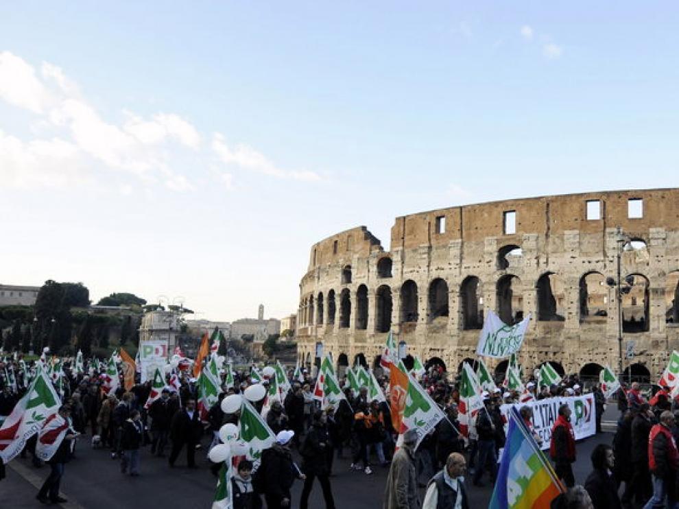 Cientos de manifestantes marchando frente al Coliseo