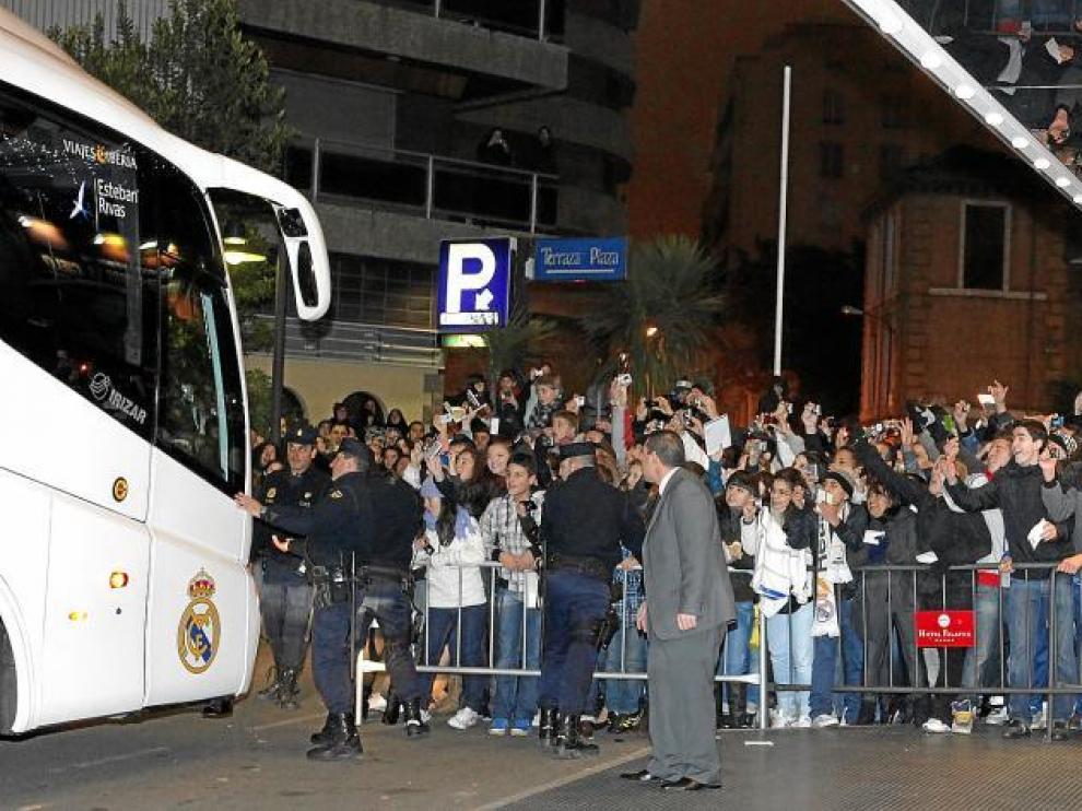 Dos centenares de aficionados recibieron al Real Madrid a su llegada al hotel de concentración en Zaragoza.