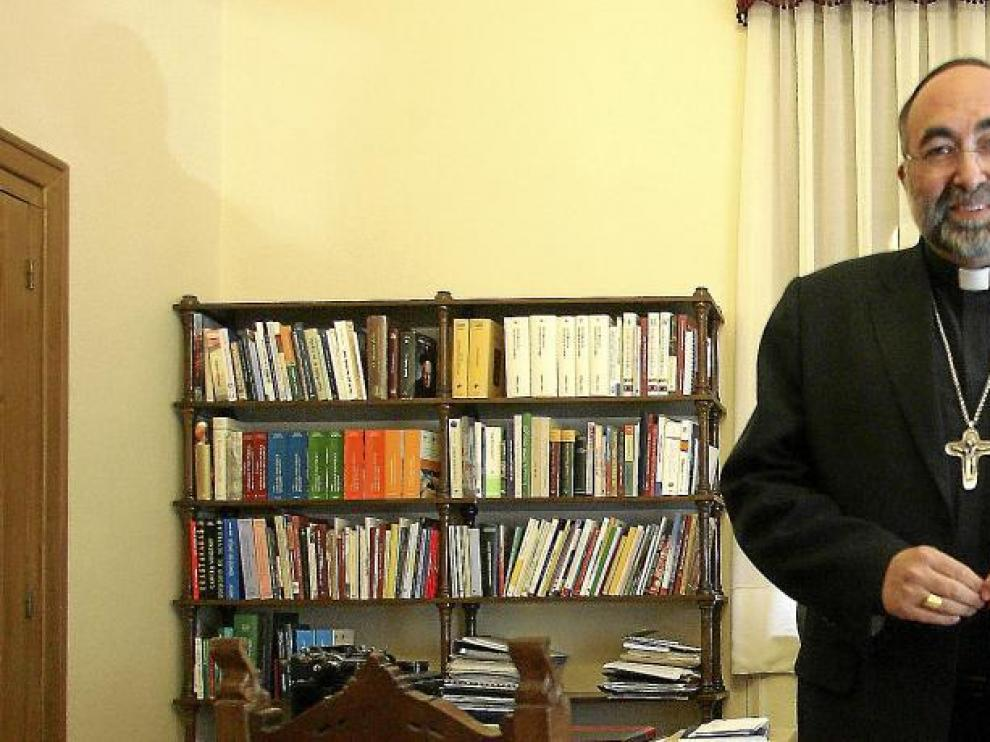El obispo, durante su última visita a Huesca, que apenas duró unas horas. Aquí aparece en su antiguo despacho.