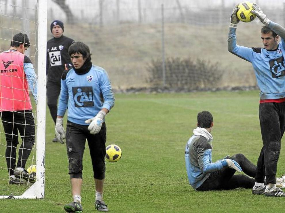 El equipo entrenó ayer en medio de un ambiente frío en el Montearagón. En la imagen, los porteros, observados por Ángel Royo.