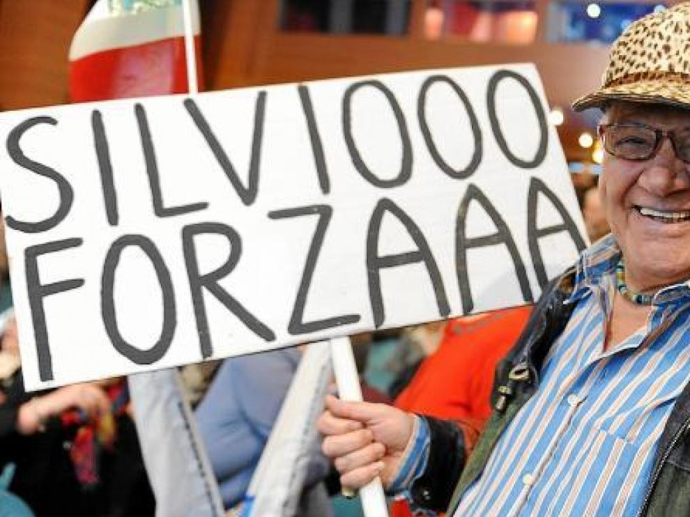 Un simpatizante del presidente italiano, en una de las movilizaciones organizadas por el PDL.