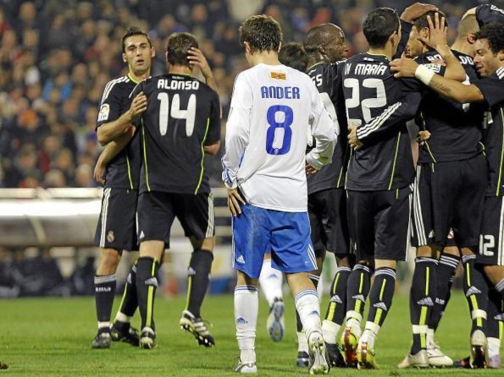 Los jugadores madridistas se felicitan después de un gol. De espaldas, Ander Herrera.