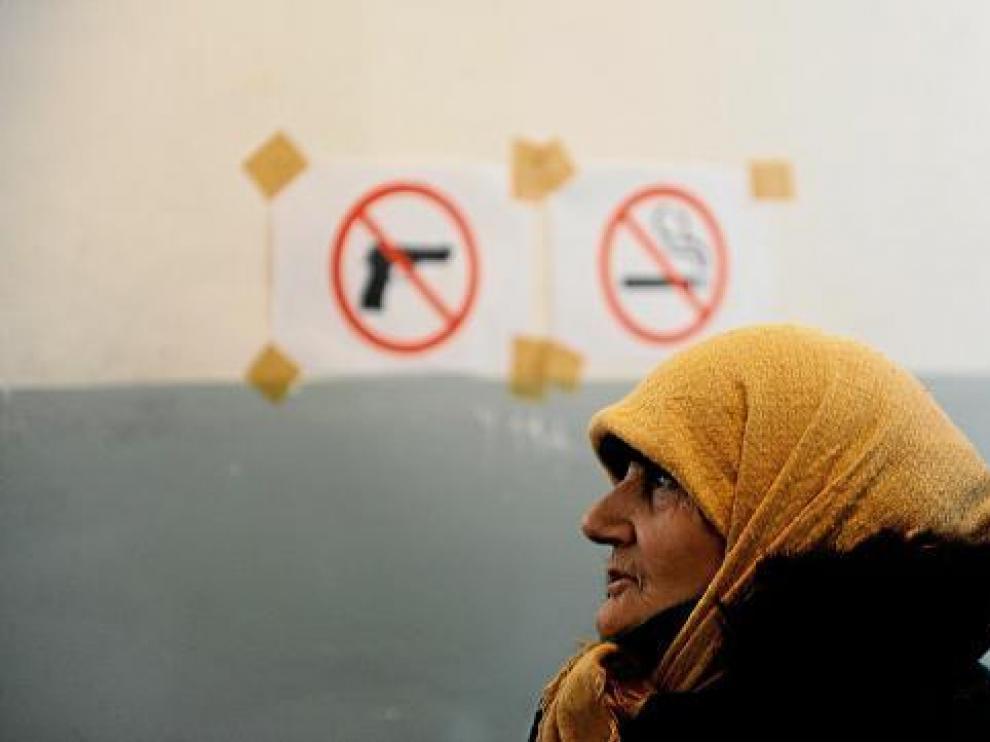Una mujer albano kosovar fue a votar ayer en Pristina, en los primeros comicios tras la independencia.