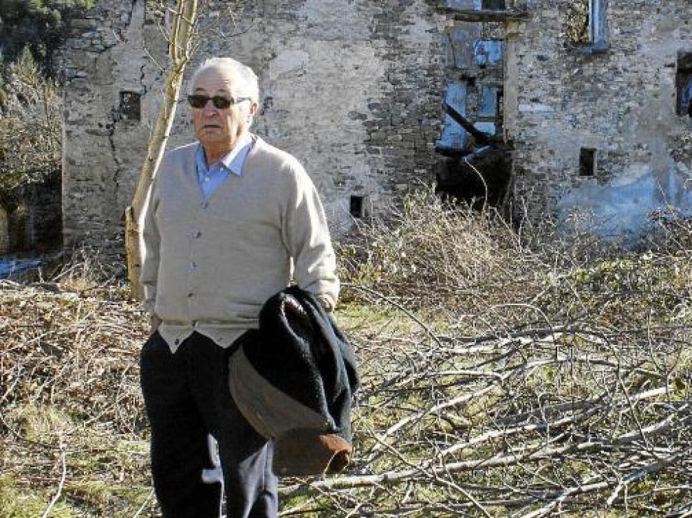 Rafael ante las ruinas de la casa donde nació, en Jánovas.
