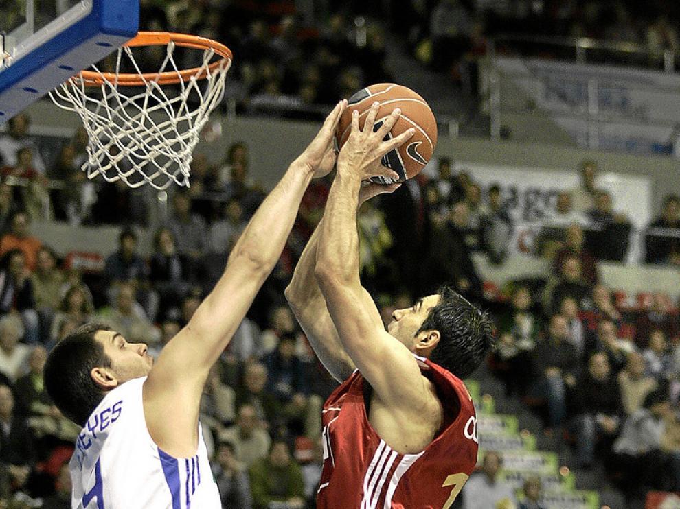 Felipe Reyes le pone un tapón a Paolo Quinteros durante uno de los duelos de hace dos temporadas