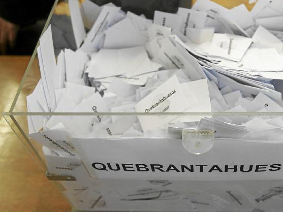 Urna con las papeletas de los aspirantes a participar en la edición de este año de la Quebrantahuesos.