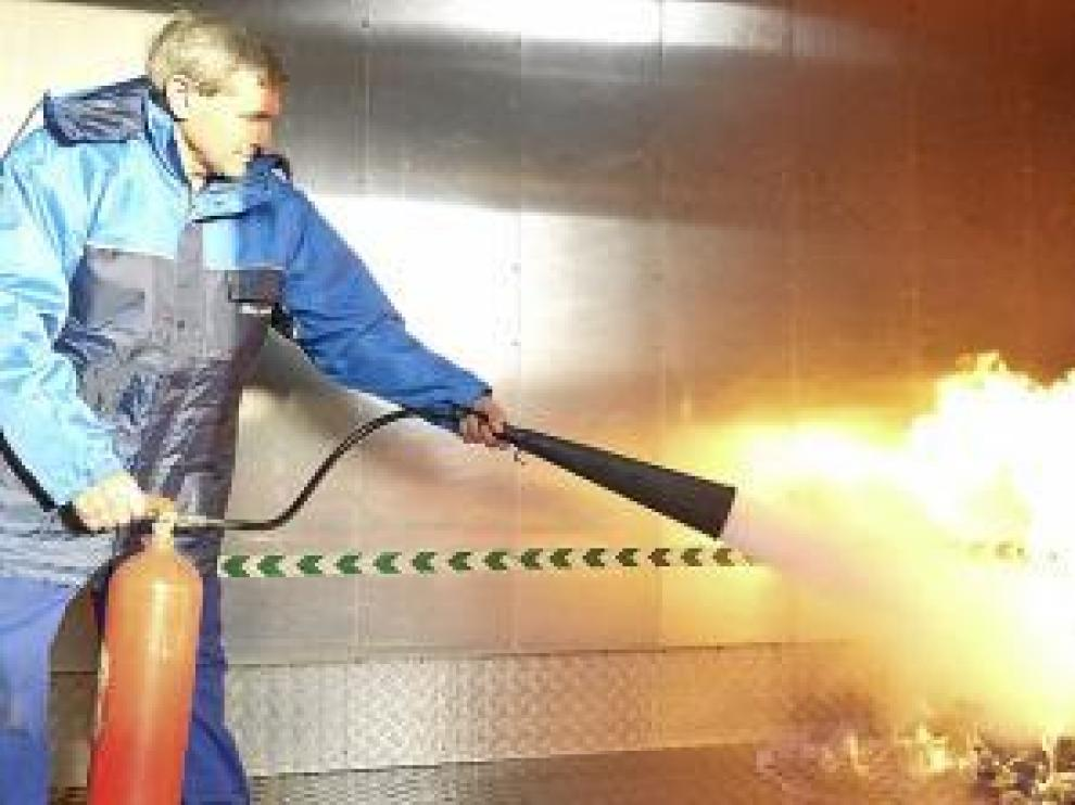 Uno de los trabajadores, durante la práctica de extinción de fuego.