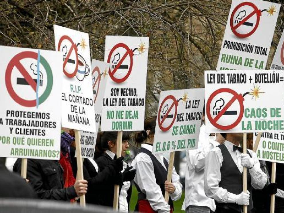 Miembros de la Federación de Hostelería protestan contra la ley antitabaco, ayer en Madrid.