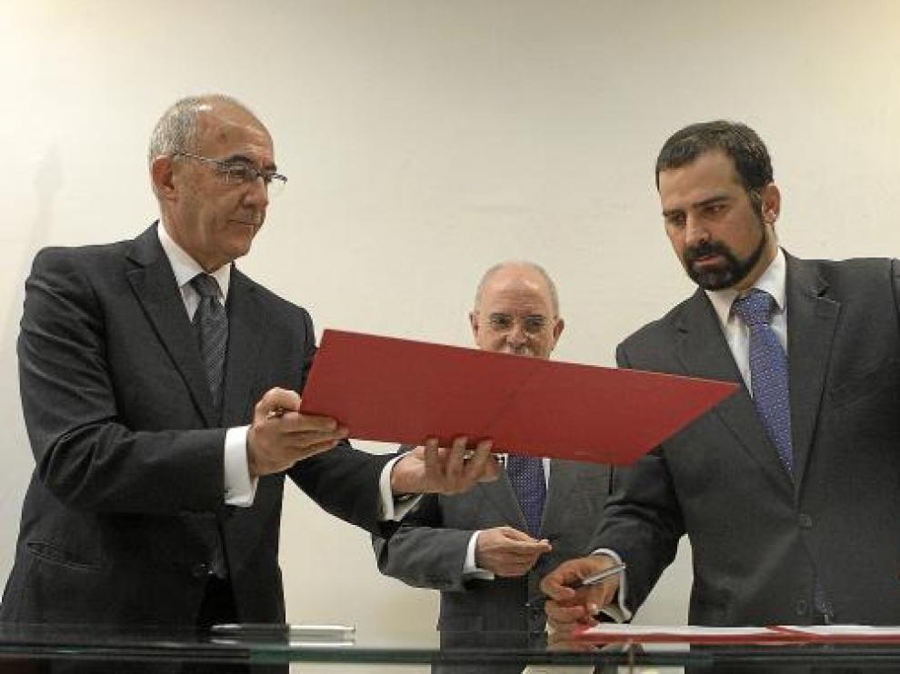 De izquierda a derecha, José María Ayala (ICO), Alberto Larraz y Pablo Martín-Retortillo (Avalia).