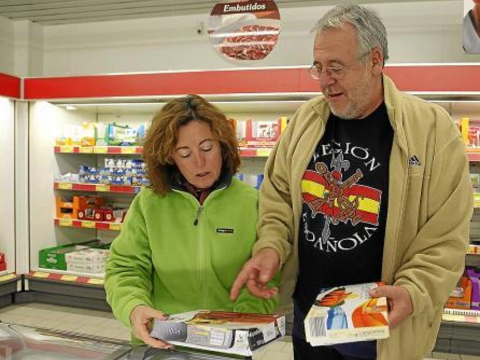 José Javier Mendi y Pilar Casales comparan precios en un supermercado.