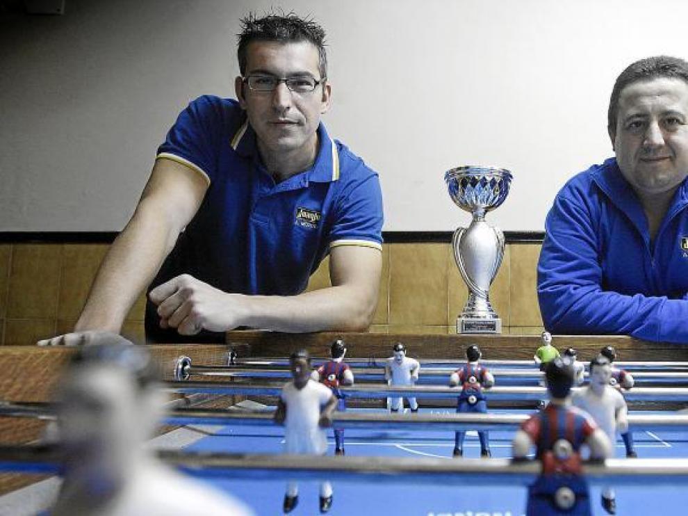 Mario Bernad (izquierda) y Javier García, como acostumbran, alrededor del futbolín del bar Pignatelli de Zaragoza.