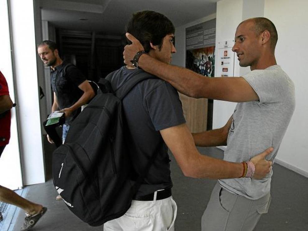 Mikel Rico, el día de su adiós, despidiéndose del portero del juvenil Fran Navarro, con el que coincidió en la pretemporada.