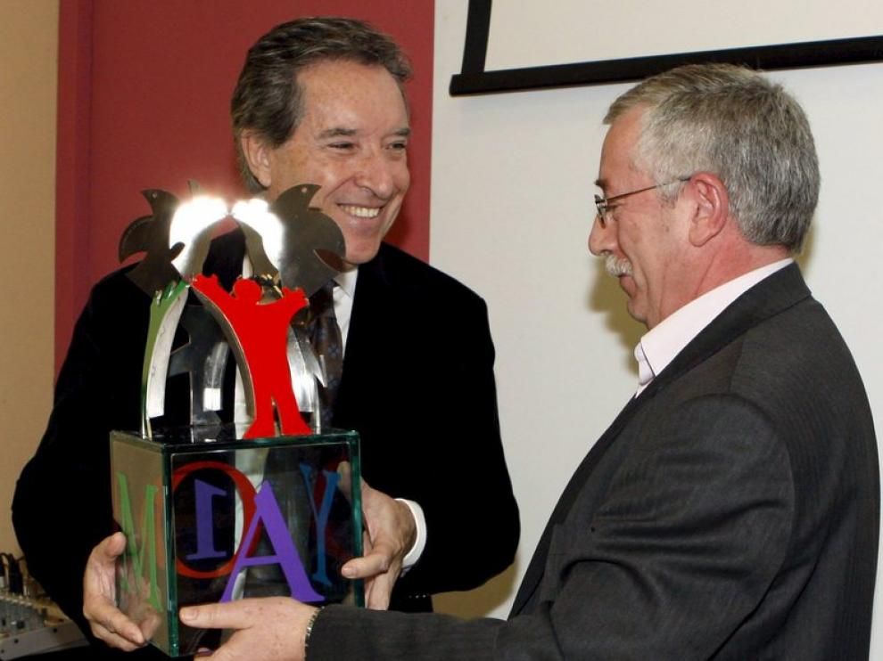 Gabilondo recibe el premio a la libertad de expresión de manos de Fernández Toxo.