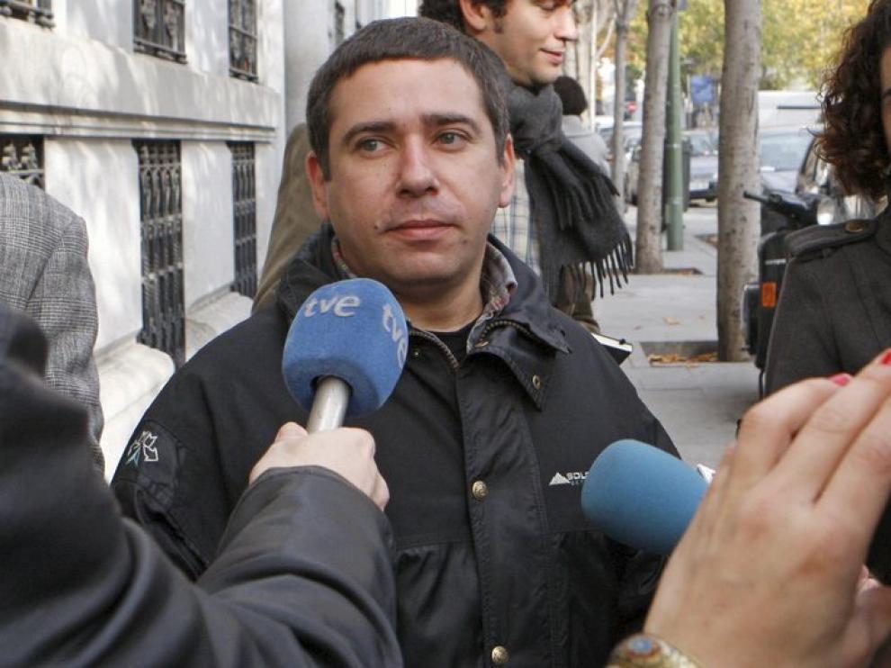 Javier Couso, hermano del periodista fallecido José Couso, hoy en las puertas de la Fiscalía