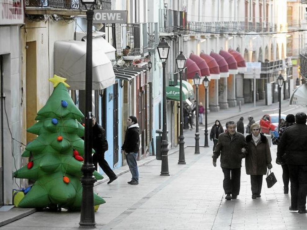 Adornos navideños en la calle de Villahermosa de Huesca.