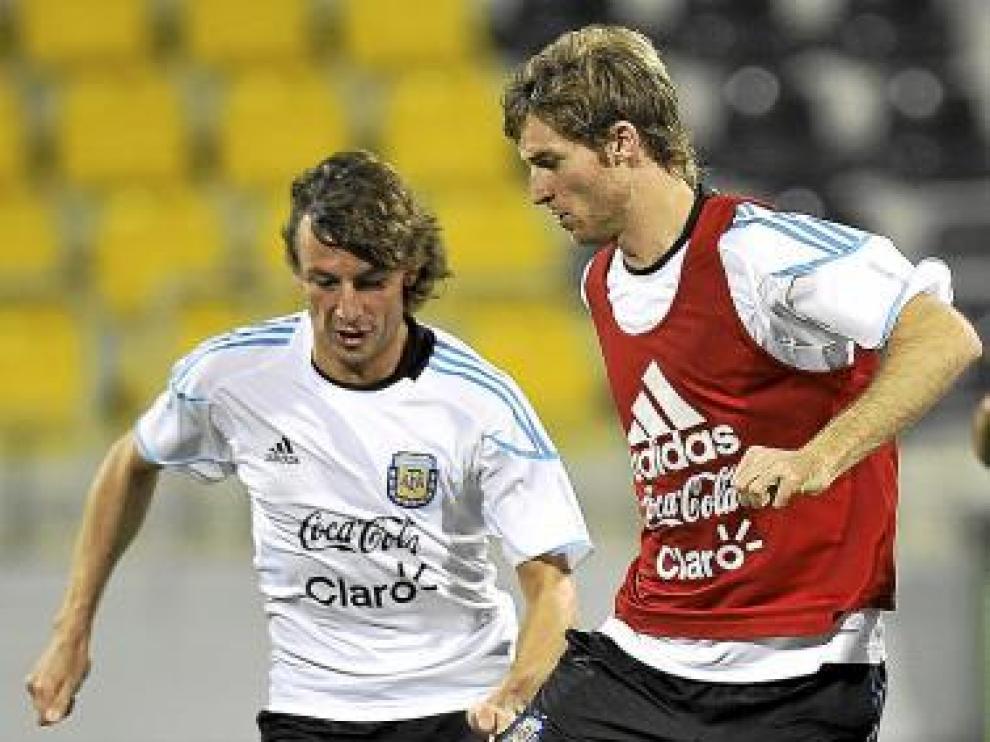 Bolatti, con peto rojo, y Heinze, con la selección argentina.