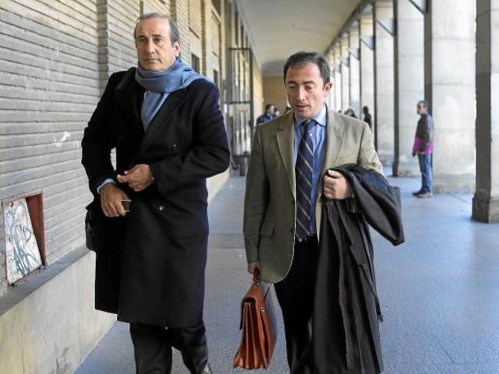 Francisco Franco Martínez-Bordiú, junto a su abogado Roberto Gállego, ayer al salir de los juzgados.