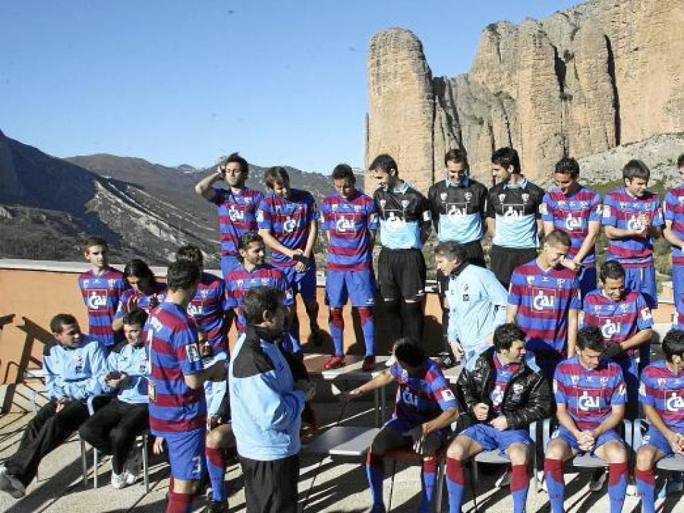 El Huesca se hizo ayer la foto oficial de la temporada con los Mallos de Riglos de fondo y, como el año pasado, por medio de un estudio fotográfico profesional.