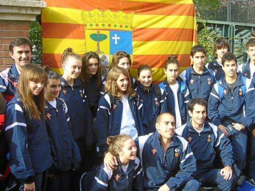 Laliena, tercera por la izquierda, junto al resto de la selección desplazada al campeonato.