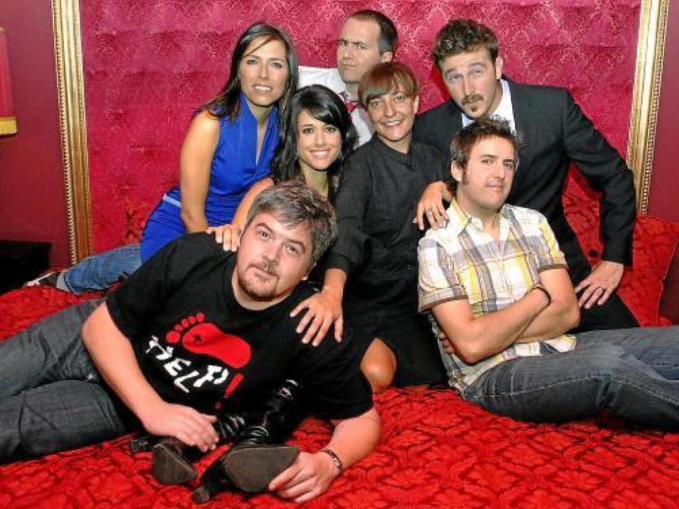 Eva Hache, junto a los colaboradores de su programa 'Noche Hache', en una instantánea tomada en 2007.