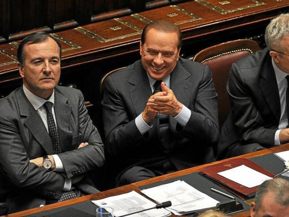 Berlusconi, flanqueado por sus ministros de Exteriores, Frattini, y de Economía, Tremonti, aplaudiendo ayer en el Congreso italiano.