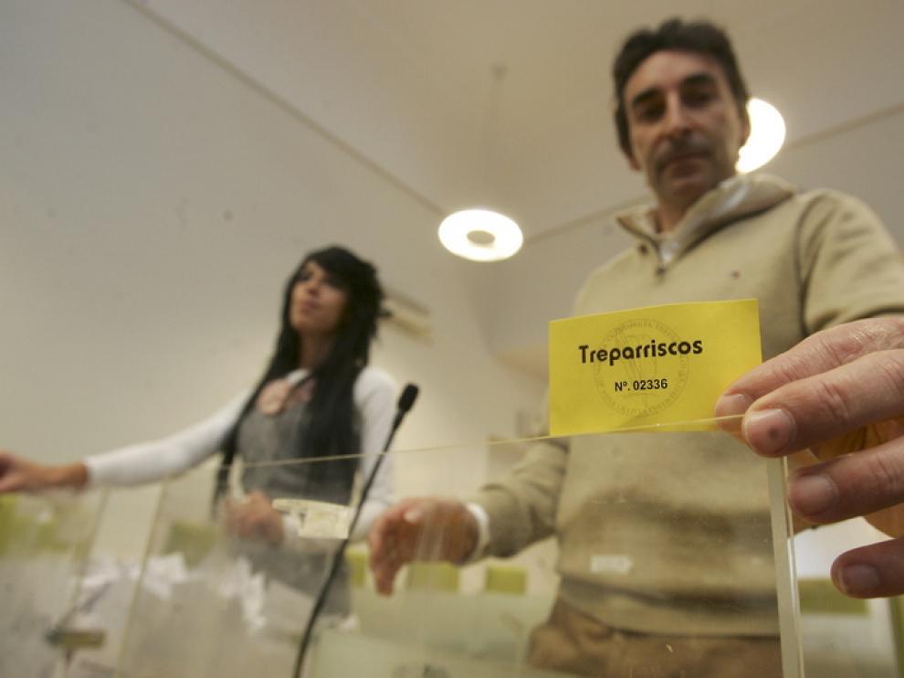 Escartín muestra una papeleta durante el sorteo.