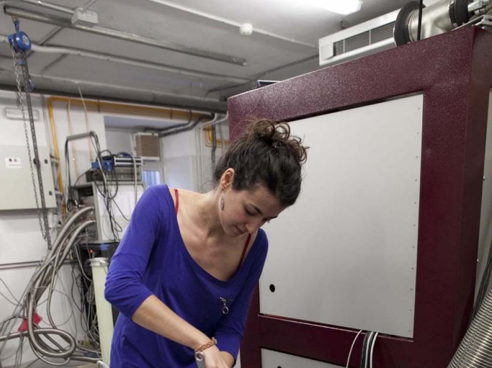 Una investigadora trabaja en un refrigerador de dilución de helio capaz de alcanzar temperaturas de -273,14ºC