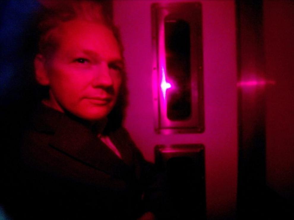 Assange, en el furgón que le trasladó a los juzgados de Westminster.