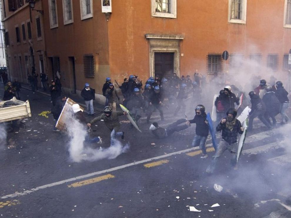 Momento de uno de los enfrentamientos entre  la Policía y los manifestantes en Roma.