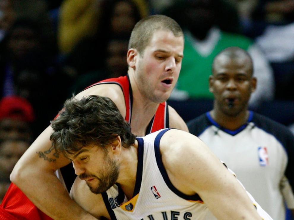 Marc Gasol lucha contra el jugador de los Blazers Joel Przybilla