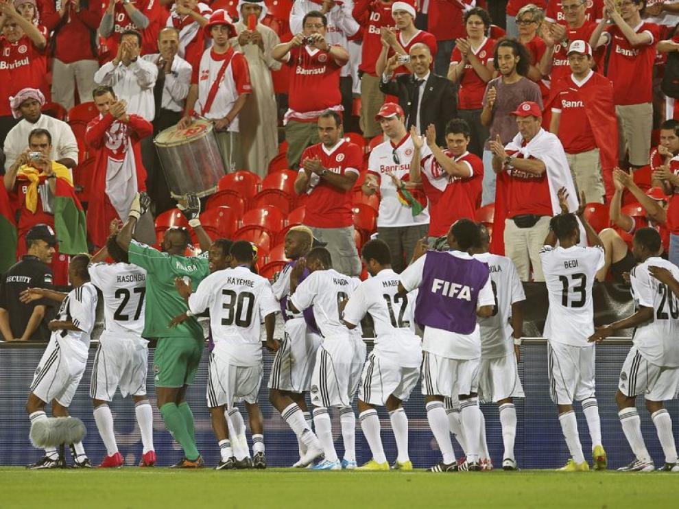 Seguidores brasileños aplauden al conjunto africano.