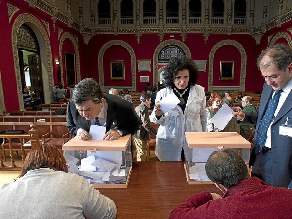 El rector, Manuel López, en el momento de depositar su voto, durante el Claustro universitario