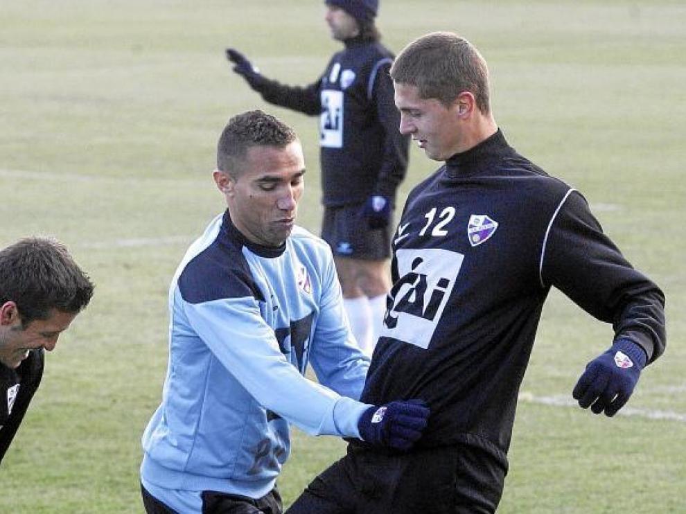 Gilvan, a la izquierda, junto a Lukic durante un entrenamiento del Huesca.
