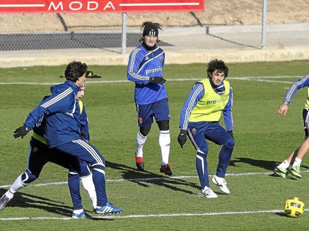 Paredes, Contini y Jarosik, con peto verde, durante uno de los ejercicios defensivos que Aguirre ordenó ensayar ayer.
