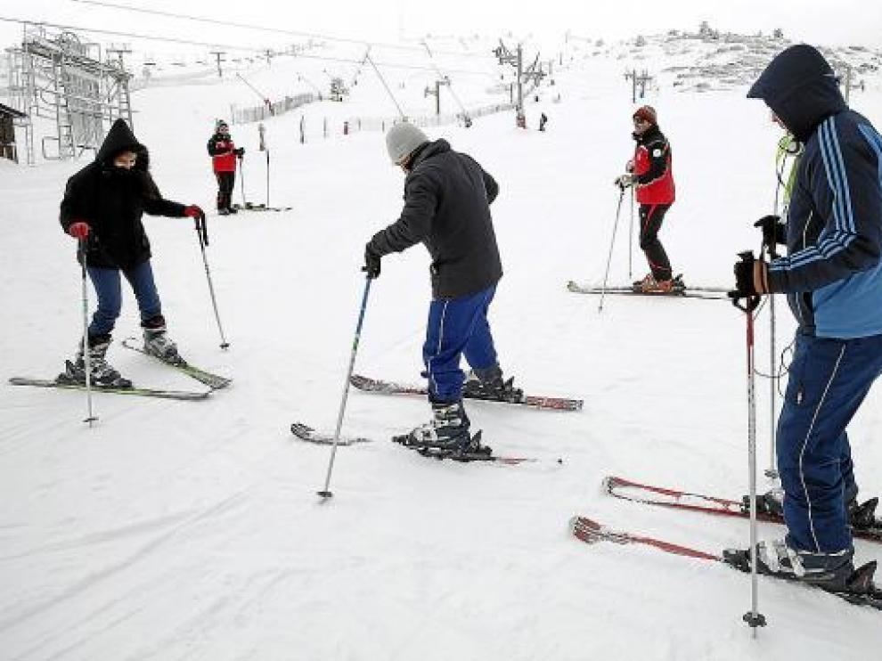 Unos esquiadores disfrutan de la estación de Javalambre, durante el mes de diciembre de 2010.