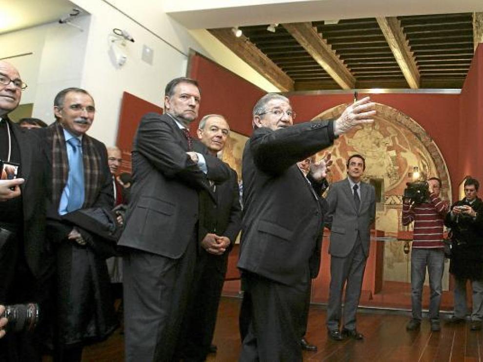 El director del museo, Enrique Calvera, enseña el espacio reservado para el frontal de Tresserra.