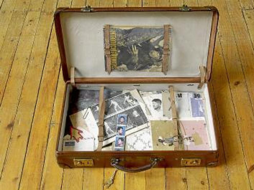 Una de las codiciadas maletas con los 'restos' facsímiles de Bacon.