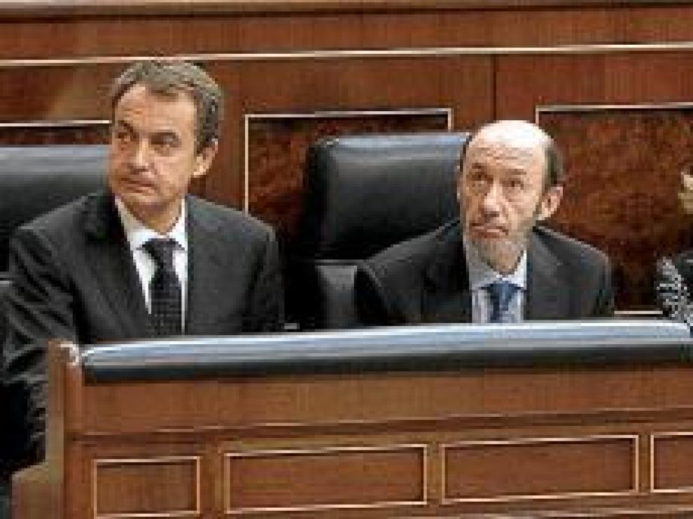 El presidente del Gobierno, Rodríguez Zapatero, y los ministros Rubalcaba, Salgado, Chaves, Jiménez, Caamaño y Chacón, durante la sesión de control del Ejecutivo.