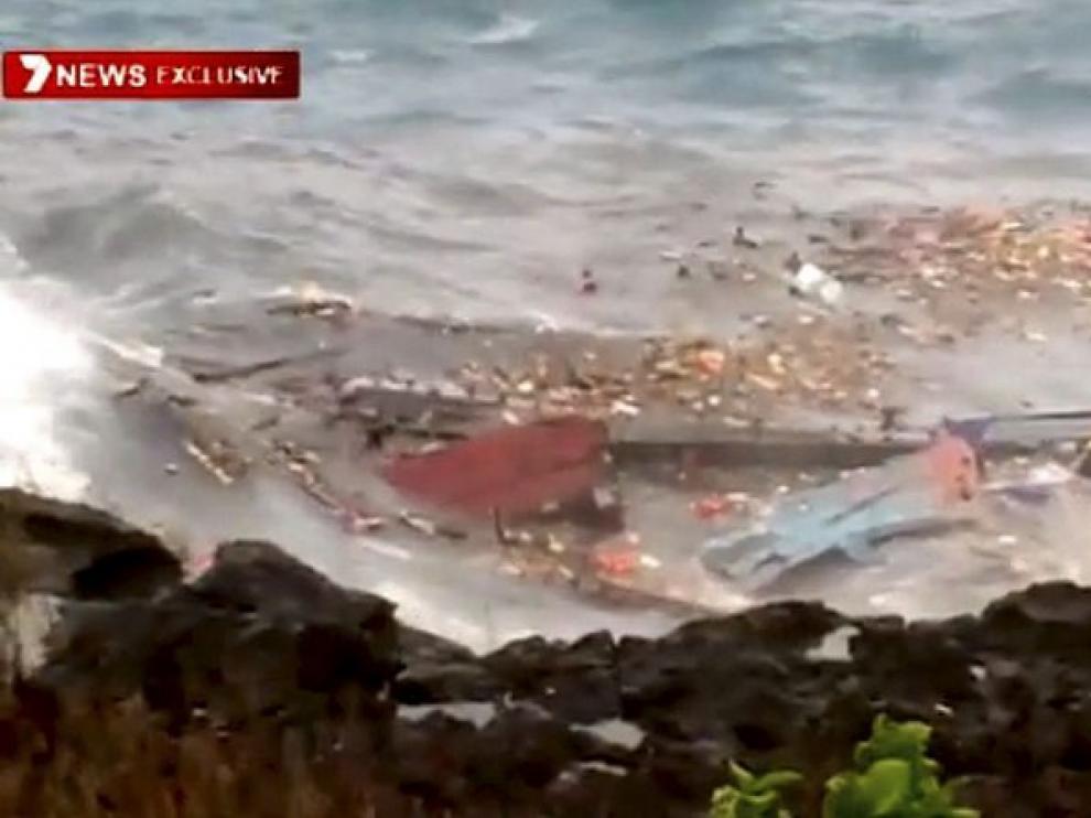 Captura del video emitido por la televisión local en el que se ven los restos del naufragio