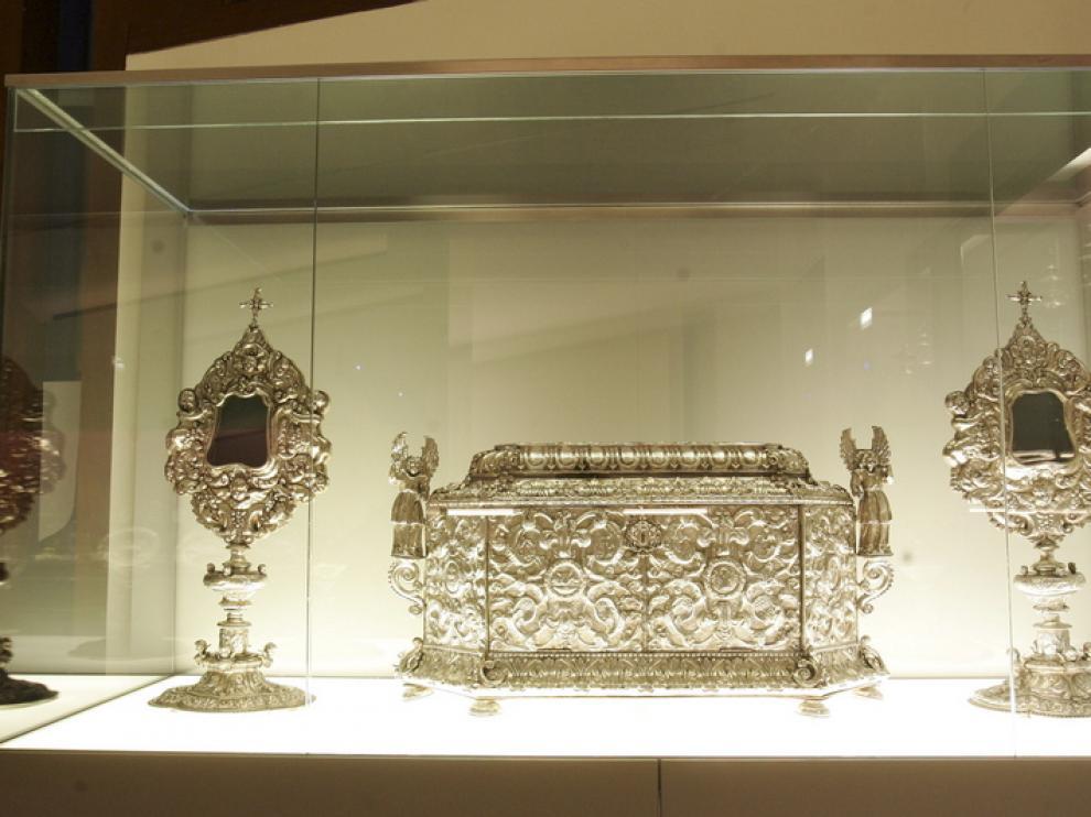 Un pequeño cofre en una vitrina del Museo de Barbastro
