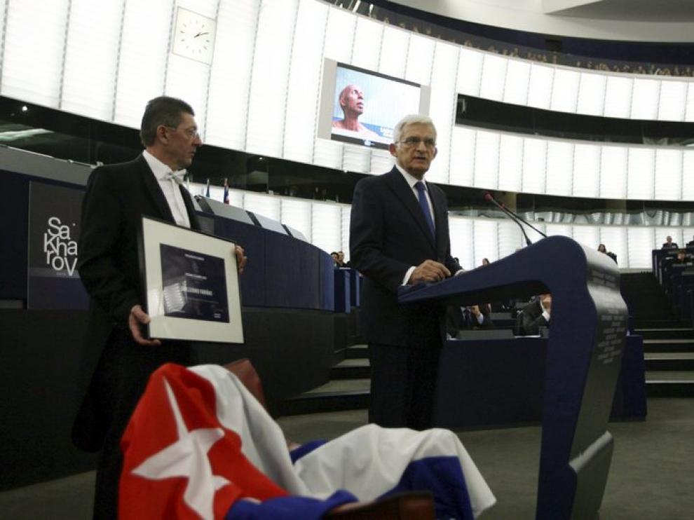 La silla destinada a Fariñas permaneció vacía, en su lugar se depositó una bandera cubana