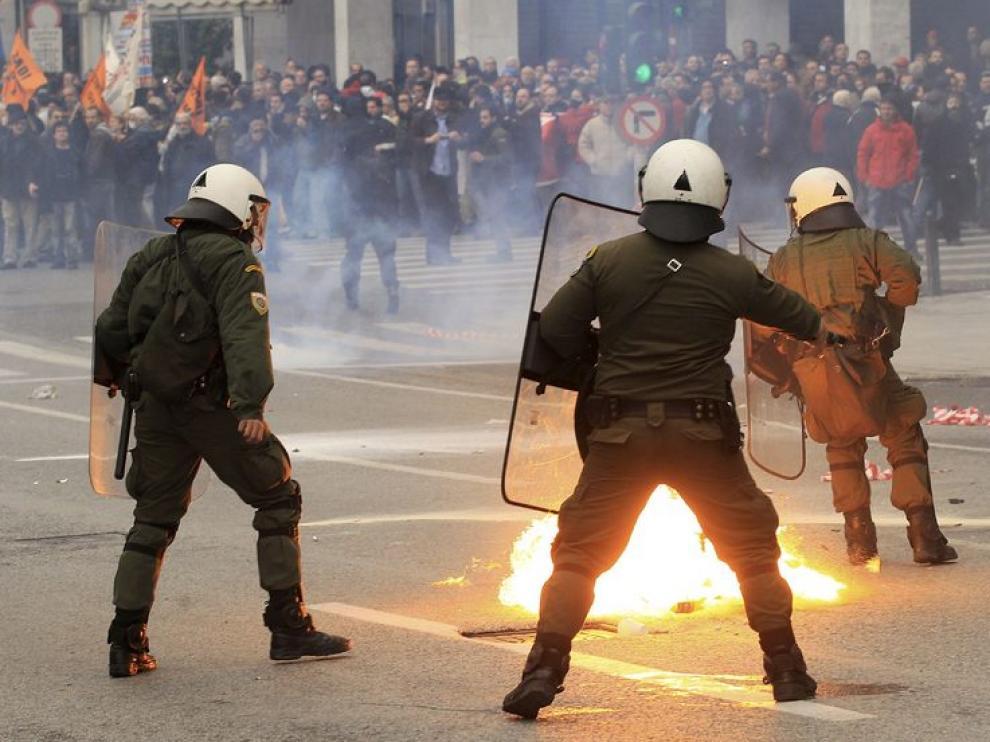 Los policías enfrentan a los manifestantes