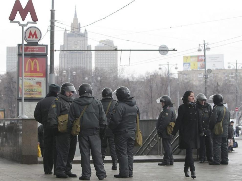 Pilicías rusos vigilan las calles de Moscú