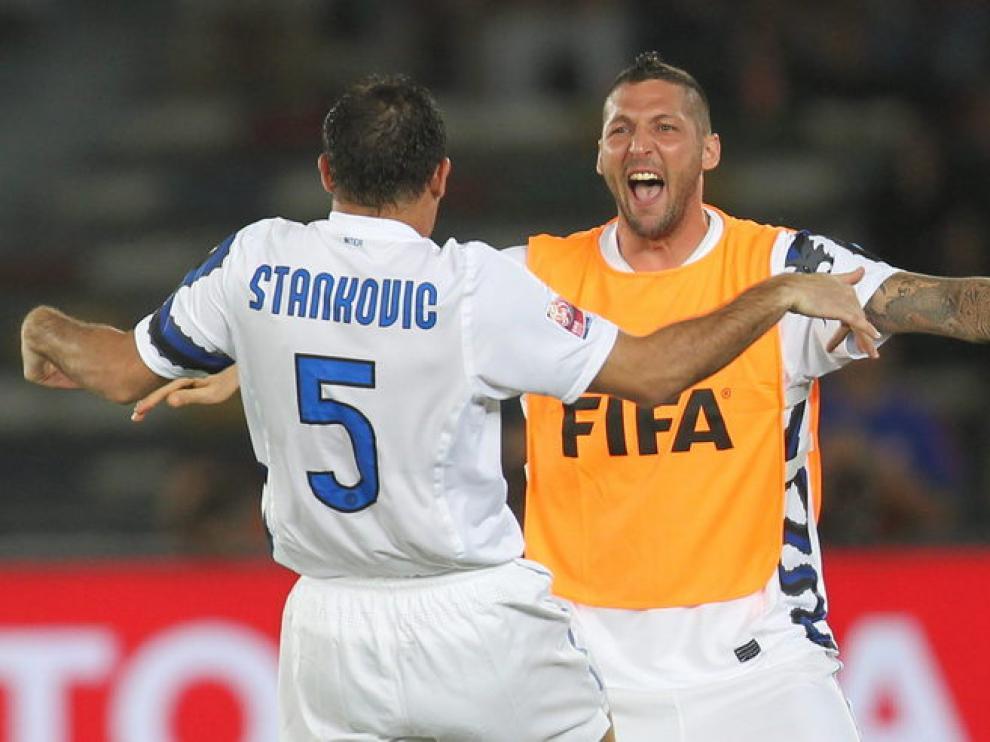 Stankovic celebra el primer gol con su compañero Materazzi.