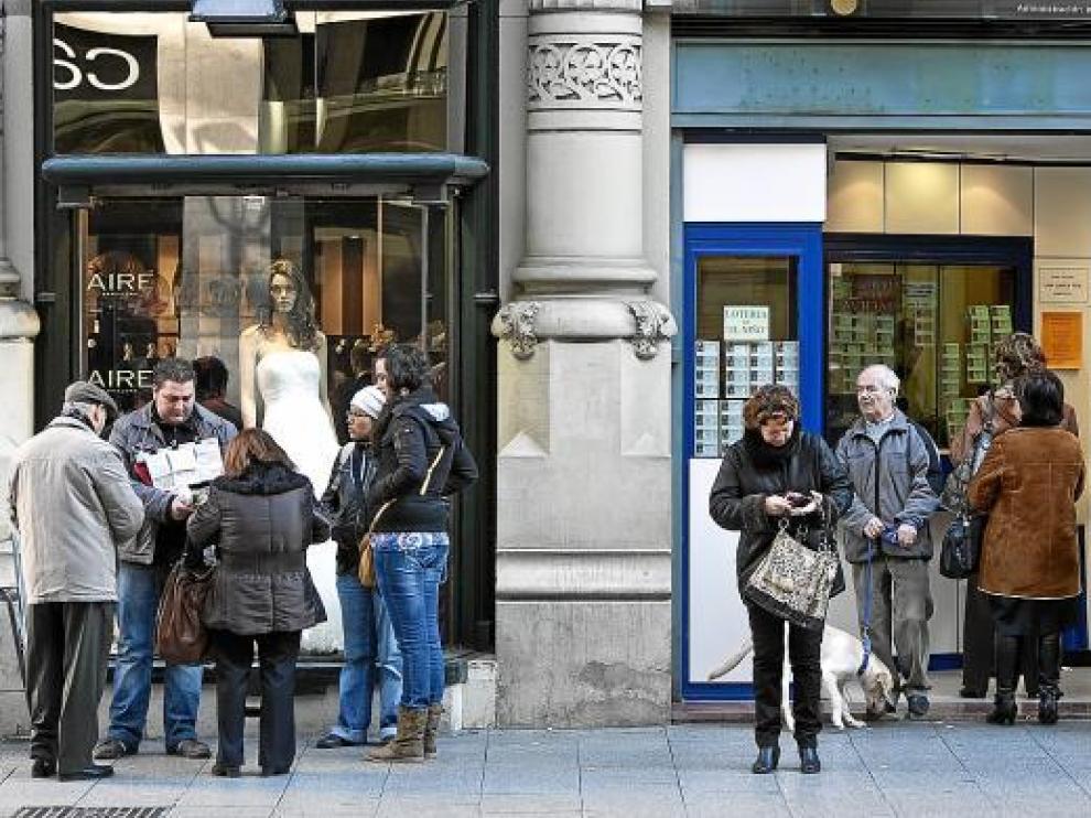 Los zaragozanos han esperado hasta el final para comprar un décimo y las filas son habituales estos días.