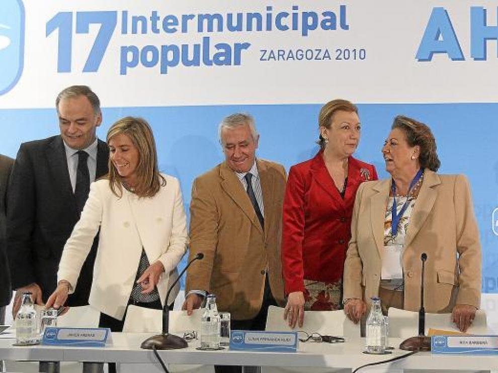 De izquierda a derecha, González Pons, Mato, Arenas, Rudi, Barberá y el secretario provincial del PP en Zaragoza, Luis María Beamonte.