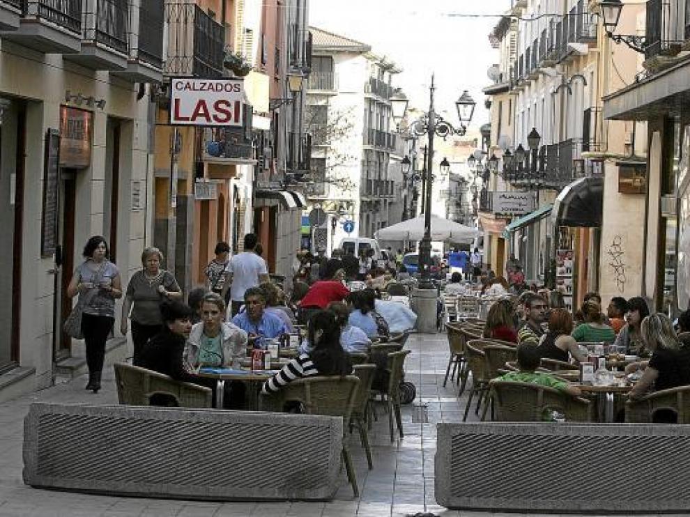Fotografía de archivo de la calle de Padre Huesca, donde abundan los veladores en verano.