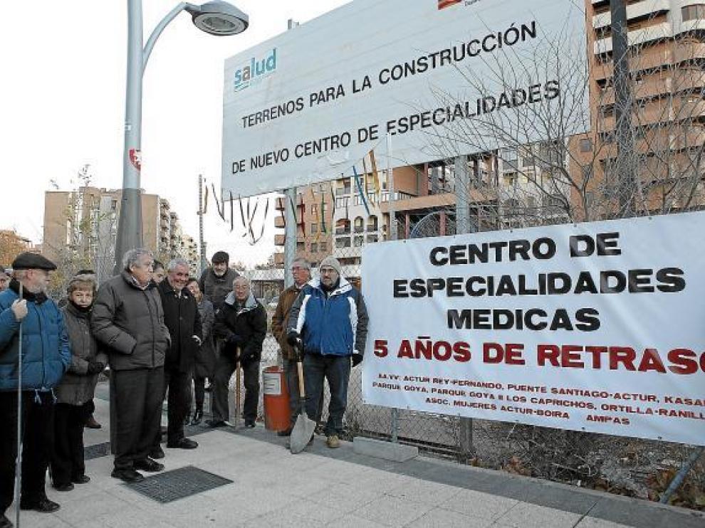 La protesta se celebró frente al solar de María Zambrano que debería albergar el ambulatorio.